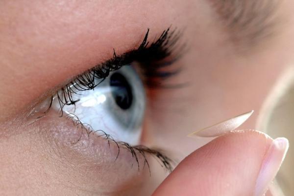 همه چیز درباره لنز روزانه؛ مزایا، معایب و روش استفاده از آن ها